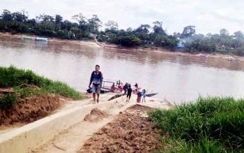 Penyeberangan di Sungai Barito menuju Desa Muara Untu, Kecamatan Murung, Kabupaten Murung Raya.