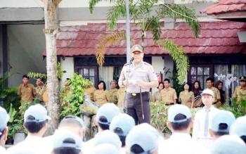 Kapolres Kotim AKBP Hendra Wirawan menyampaikan imbauan di hadapan siswa di salah satu SMA, Senin (13/2/2017).