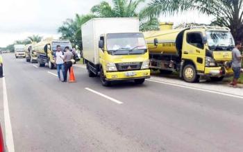 Pemeriksaan terhadap sejumlah truk yang melintas pada razia yang digelar Polres Kotim, Senin (13/2/2017).