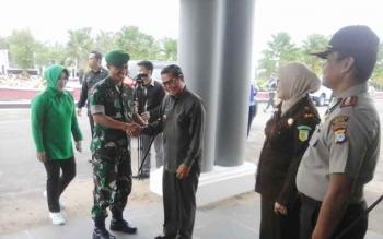 Bupati Seruyan Sudarsono saat menyambut kedatangan Danrem 102/Pjg Kolonel Arm M Naudi Nurdika, di rumah jabatan bupati, Selasa (14/2/2017).
