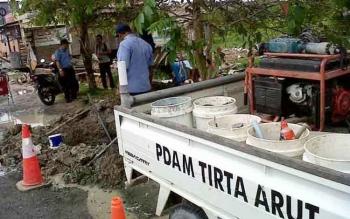 PDAM Tirta Arut saat melakukan perbaikan saluran air.
