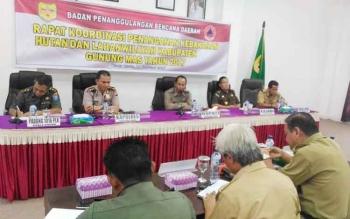 Bupati Gunung Mas (Gumas) Arton S Dohong memimpin langsung rapat koordinasi (rakor) penanganan kebakaran hutan dan lahan (karhutla) di ruang rapat Lantai I Kantor Pemkab Gumas, Selasa (14/2/2017).