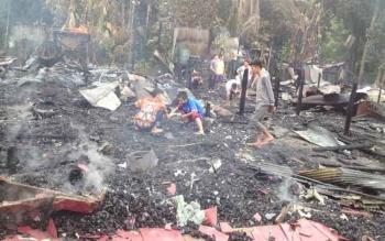 Warga mencari barang berharga yang mungkin masih bisa diselamatkan di lokasi kebakaran, Kelurahan Puruk Cahu Seberang, Kecamatan Murung, Kabupaten Murung Raya.