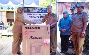 Bupati Kapuas Ben Brahim S Bahat menyerahkan mesin cuci untuk RTK Permata Hati.