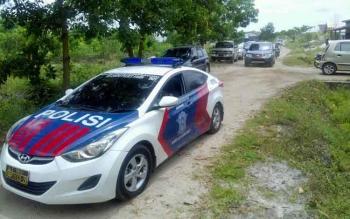 Aparat kepolisian dari Polres Palangka Raya mencari lokasi kebakaran, Selasa (14/2/2017).