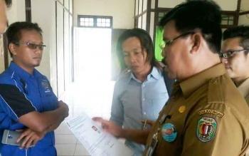 Kepala Dinas Kependudukan dan Pencatatan Sipil Kabupaten Katingan Bambang Harianto (kanan).