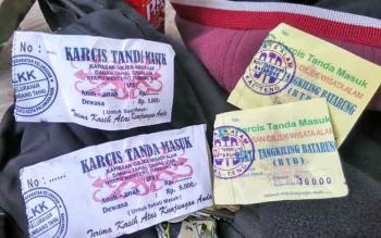 Karcis biaya masuk ke objek Wisata Bukit Tangkiling di Kecamatan Bukit Batu Kota Palangka Raya yang diduga tak resmi.
