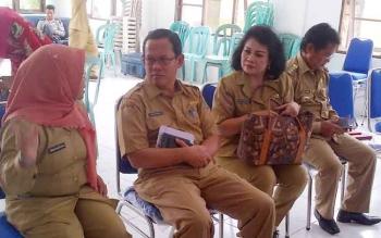 Sekda Barito Selatan Edi Kristianto (kiri) memantau kesiapan pilkada di kantor Kelurahan Buntok Kota, Selasa (14/2/2017).