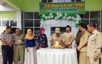 Bupati Sukamara Ahmad Dirman saat memotong nasi tumpeng di halaman Poliklinik Terpadu Rumah Sakit Umum Daerah (RSUD) Sukamara dengan disaksikan oleh unsur FKPD, Selasa (14/2/2017).