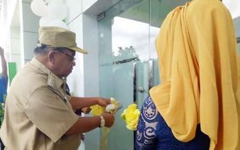 Bupati Sukamara, Ahmad Dirman saat memotong pita peresmian Poliklinik Terpadu RSUD Sukamara.