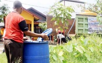Warga Kecamatan Mentaya Hilir Selatan, Kotim, menampung bantuan air bersih saat terjadinya kemarau panjang yang berdampak pada sulitnya memenuhi kebutuhan air bersih.