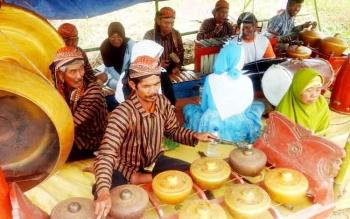 Sejumlah warga transmigrasi Desa Mekar Indah memainkan alat musik tradisional asal daerah mereka, Selasa (14/2/2017).