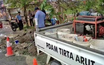 PERBAIKAN - Petugas PDAM Tirta Arut Pangkalan Bun saat melakukan perbaikan pipa saluran air bersih.