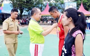 Bupati Kapuas Ben Brahim S Bahat menyematkan tanda peserta perlombaan basket SMASA CUP ke 13, Senin (13/2/2017) sore.