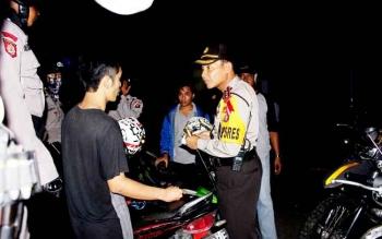 Kapolres Barito Selatan AKBP Yussak Angga berinteraksi dengan pemuda dalam Operasi Cipta Kondisi, Senin (13/2/2017) malam.