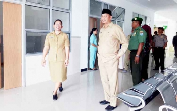 Kepala RSUD Sukamara, Dr Eflin Sianipar bersama wakil bupati Sukmara saat melihat-lihat gedung Poliklinik Terpadu yang baru diresmikan oleh bupati Sukamara, Ahmad Dirman.