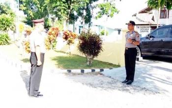 Kapolsek Sukamara, Iptu Ahmad Syaukani menyambut kedatangan Kapolres Sukamara, AKBP Rade M Sinambela.