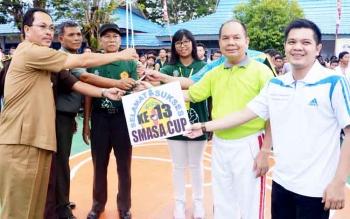 Ketua Perbasi Kabupaten Kapuas, Bob Dwi Cipta Mahaputra (paling kanan) mendampingi Bupati Kapuas saat pelepasan balon tanda dimulainya turnamen Bola Basket SMAN 1 Kapuas.