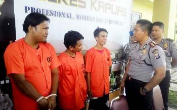 Kapolres Kapuas AKBP Jukiman Situmorang menginterogasi tiga tersangka narkoba, Selasa (14/2/2017).