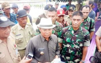 Bupati Seruyan Sudarsono memberikan keterangan seputar daerah kawasan pertanian di Seruyan, Selasa (14/2/2017).