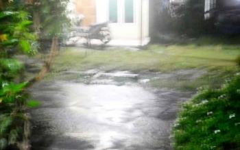 Jalan Komplek Perumahan Wengga IV Kelurahan Kasongan Lama Kecamatan Katingan Hilir tampak tergenang akibat hujan lebat malam ini.