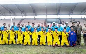 Ketua KONI Katingan Leda Almukhsid dan sejumlah pejabat, bersama tim sepak bola yang akan bertanding pada pekan olahraga kecamatan di Lapangan Sport Center Kasongan beberapa waktu lalu.