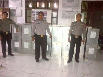 Aparat kepolisian berjaga di PPS Kelurahan Buntok Kota, Selasa (14/2/2017) malam\\r\\n