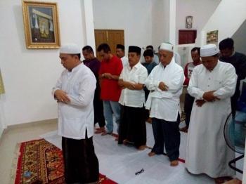Abdul Razak, politisi Golkar yang menjabat Wakil Ketua DPRD Kalteng ini baris deretan depan saat salat hajat dan doa bersama di kediaman Eddy Raya, Selasa (14/2/2017)\\r\\n\\r\\n