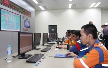 Tenaga kerja yang bekerja di ruang monitor PLTU Buntoi, Pulang Pisau.