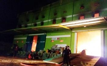 Sejumlah petugas Damkar berjibaku memadamkan api membakar gudang distributor makanan ringan, di Jl HM Arsyad, Kecamatan Mentawa Baru Ketapang, Kotawaringin Timur, Rabu (15/2/2017) dini hari.