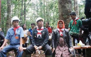 Bupati Seruyan Sudarsono (tengah) saat berada di kawasan hutan di Kecamatan Seruyan Hulu.