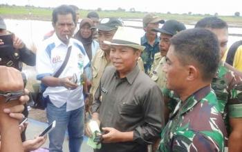 Bupati Seruyan Sudarsono (bertopi) memberikan keterangan soal larangan membakar hutan dan lahan kepada wartawan, Selasa (14/2/2017).
