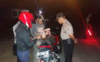 Kapolsek Sukamara Iptu A Syaukani bersama anggotanya memeriksa kelengkapan surat kendaraan roda dua dalam Operasi Cipta Kondisi di jalan simpang tiga poros Desa Karta Mulya, Selasa (14/2/2017) malam.