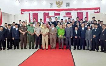 Bupati Sukamara, Ahmad Dirman saat berofoto bersama dengan pejabat yang dilantik beberapa waktu lalu.