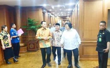 Gubernur Kalteng Sugianto Sabran (tenah), bersama Menteri LHK Siti Nurbaya Bakar (baju putih), usai rapat di kantor kementerian, belum lama ini. Baik gubernur maupun Menteri Siti, minta pengusutan tuntas pembantaian orangutan di Kapuas.