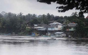 Salah satu pemukiman warga bantaran sungai di Kecamatan Seruyan Hulu yang masih terisolasi.