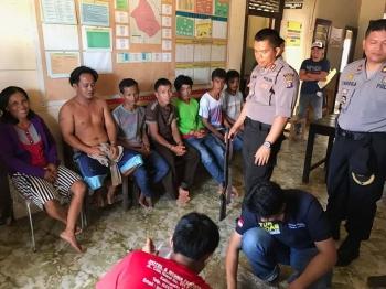 Kapolres Kapuas AKBP Jukiman Situmorang mengintrograsi langsung ke-10 orang terduga pelaku pembantai orangutan di Desa Tumbang Puroh, Sei Hanyo, Rabu (15/2/2017)