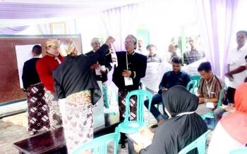 PENGHITUNGAN - Anggota KPPS 11 Perumahan Beringin Rindang Desa Pasir Panjang sedang melakukan penghitungan suara Pilkada Kobar 2017, Rabu (15/2/2017)