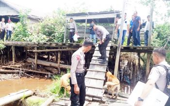 Polisi saat melakukan pencarian terhadap tahanan kabur dari sel Polsek Ketapang.