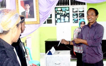 Kandidat Calon Bupati Kobar nomor urut 1 Bambang Purwanto sesaat sebelum memasukkan surat suara di TPS 11 Perumahan Beringin Rindang Desa Pasir Panjang Rabu (15/2/2017).