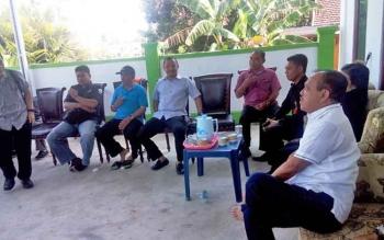 Calon bupati Barito Selatan nomor urut 2, Eddy Raya Samsuri, menemui para tamu yang telah menunggu di kediamannya Jalan Pelita IV, Buntok, Rabu (15/2/2017).
