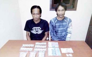 Dua pengedar zenith beserta barang bukti di Polsek Baamang.