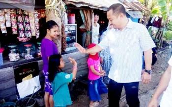 Calon bupati Barito Selatan nomor Urut 2, Eddy Raya Samsuri, bersama istrinya berjalan kaki pulang dari mencoblos di TPS 22, Jalan Pelita IV, Buntok, Rabu (15/2/2017).