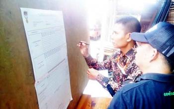 Ketua KPPS beserta anggota sedang menghitung perolehan suara di TPS 22, tempat calon bupati Eddy Raya beserta istrinya mencoblos, Rabu (15/2/2017)