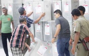 KOTAK SUARA - Petugas PPK menyusun kotak suara di Aula Kecamatan Arut Selatan.