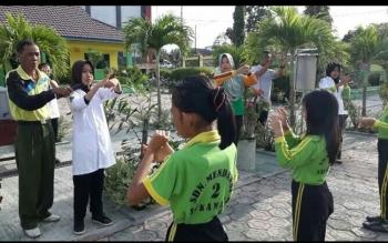 Murid SDN Mendawai 2 Sukamara saat melakukan latihan cara mencuci tangan yang baik dan benar.