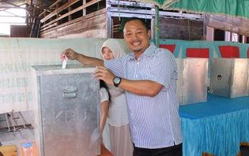 Calon Bupati Barito Selatan, Eddy Raya Samsuri saat mencoblos di TPS 22, Rabu (15/2/2017) lalu.