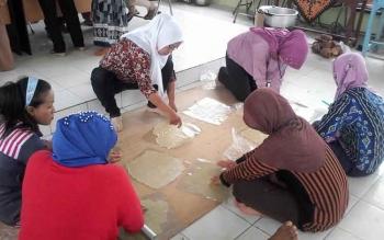 Sejumlah ibu rumah tangga di Kuala Pembuang belajar membuat kerupuk dari bahan baku pisang kepok. Sementara itu, koperasi wanita di Desa Sungai Undang hingga kini aktivitasnya masih berjalan lancar.