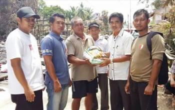 Ketua DPD PKS Kabupaten Murung Raya Sirajul Rahman menyerahkan bantuan sembako kepada salah seorang korban kebakaran di Kelurahan Puruk Cahu Seberang, Kecamatan Murung, Kamis (16/2/2017).