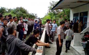 Aparat kepolisian mendatangi barak di Jalan Sisingamangaraja II, Palangka Raya, tempat ditemukannya jenazah Hj Esthernitae, Kamis (16/2/2017).